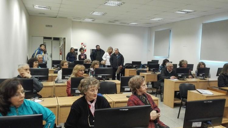 """Comenzaron los Cursos Gratuitos de Voluntariado Universitario """"Encuentro de Generaciones - Informática para Adultos Mayores"""""""