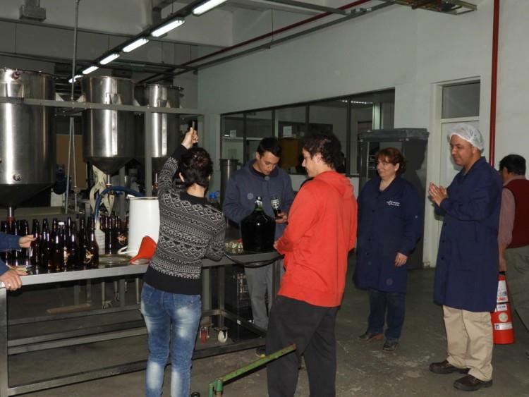 Embotellamiento de cervezas en la Planta Piloto de la FCAI